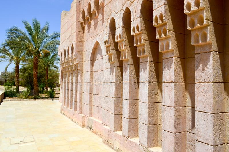 Alte alte geschnitzte arabische islamische islamische Wand des Ziegelsteines mit Verzierungen und Mustern vor dem hintergrund der stockbilder