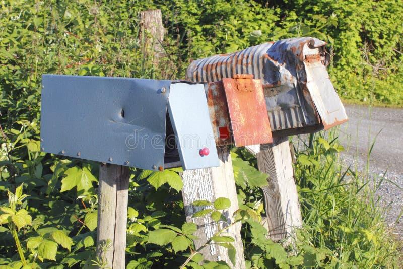 Alte, getragene, landwirtschaftliche Mailboxes lizenzfreies stockbild