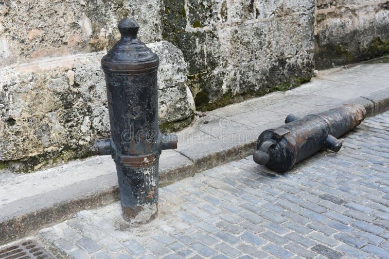 Alte Gewehre auf Straße in altem Havana stockfotos