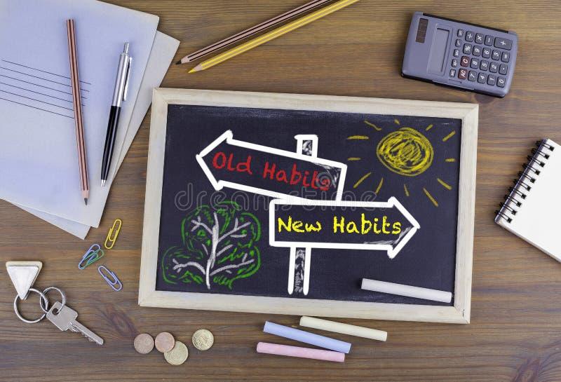 Alte Gewohnheiten, neue Gewohnheiten Wegweiser gezogenes auf einer Tafel lizenzfreie stockbilder