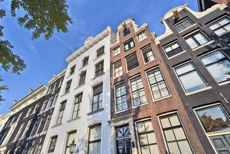 Alte giebelige Villen im historischen Kanalgurt, Amsterdam, die Niederlande lizenzfreie stockfotografie