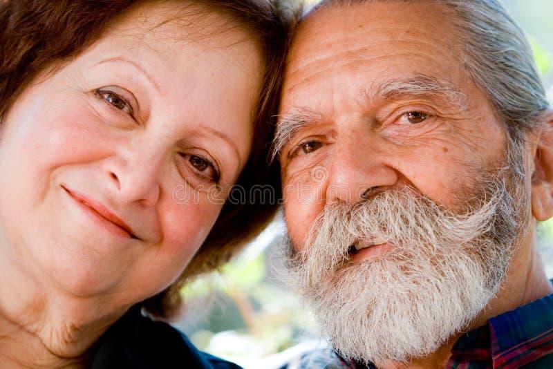 Alte glückliche liebevolle Paare lizenzfreie stockfotografie