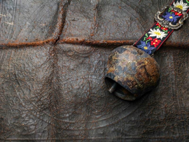 Alte Glocke auf ledernem Hintergrund lizenzfreies stockfoto