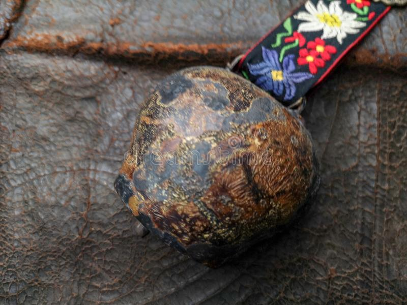 Alte Glocke auf ledernem Hintergrund lizenzfreies stockbild