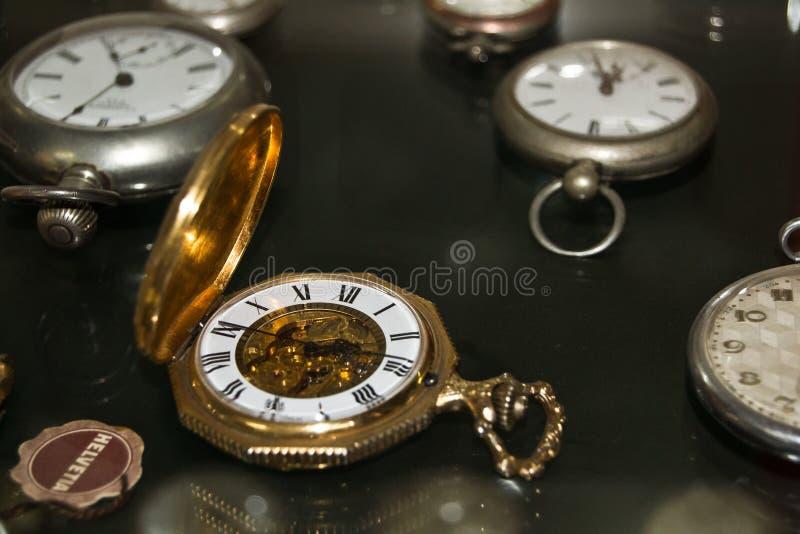 Alte goldene Uhr lizenzfreie stockbilder