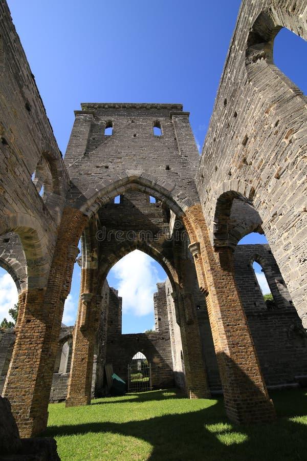 Alte gotische Kirche in den Ruinen stockbild