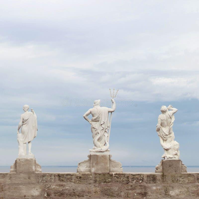 Alte Gottstatuen in Peterhof lizenzfreies stockfoto