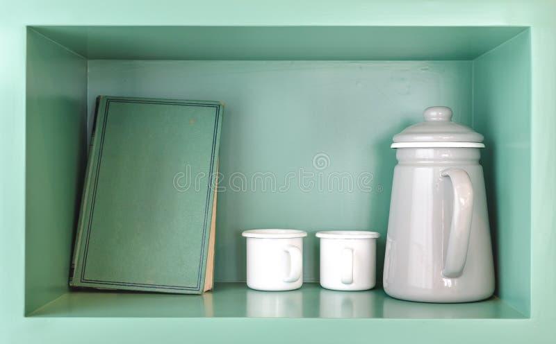 Alte Grünbuch-, weißeteeschale und grauer Krug stockbild