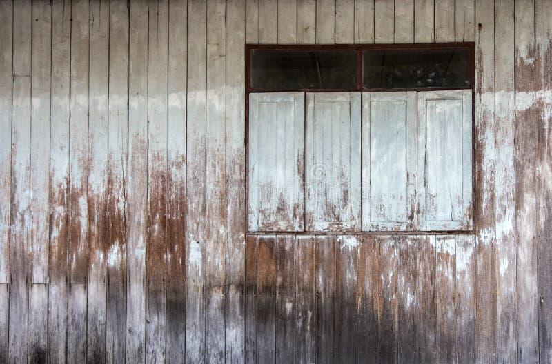Alte grüne außenfarbe fleht an Fenster- und Wandäußeres an stockfoto
