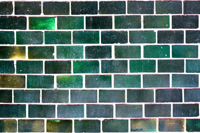 Alte grüne Fliesen an der Wand als Hintergrund stockbild