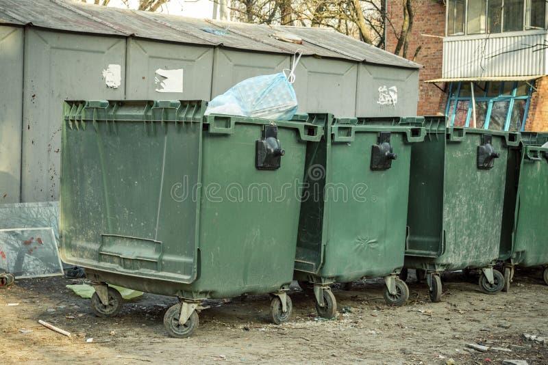 Alte grüne Müllcontainer auf der Straße stockbild