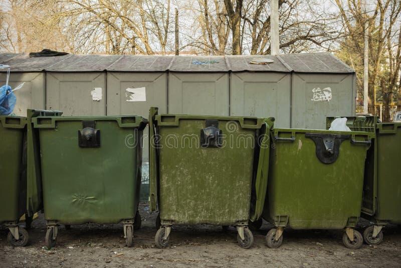 Alte grüne Müllcontainer auf der Straße lizenzfreie stockfotografie