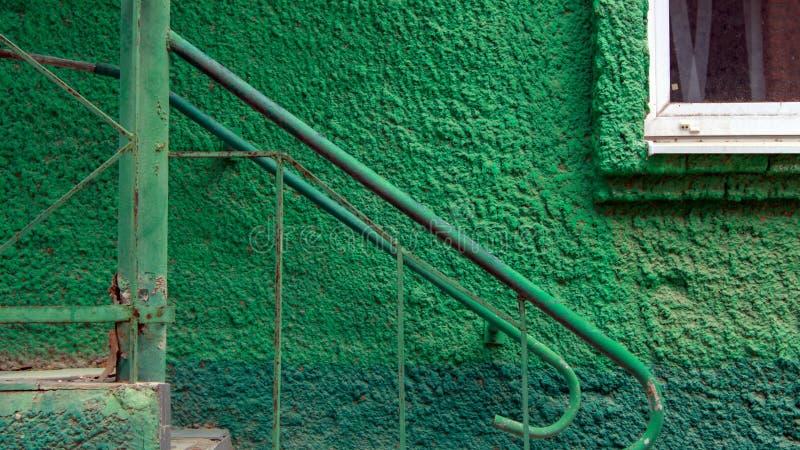 Alte grüne Wand mit Stahltreppenhaus lizenzfreies stockbild