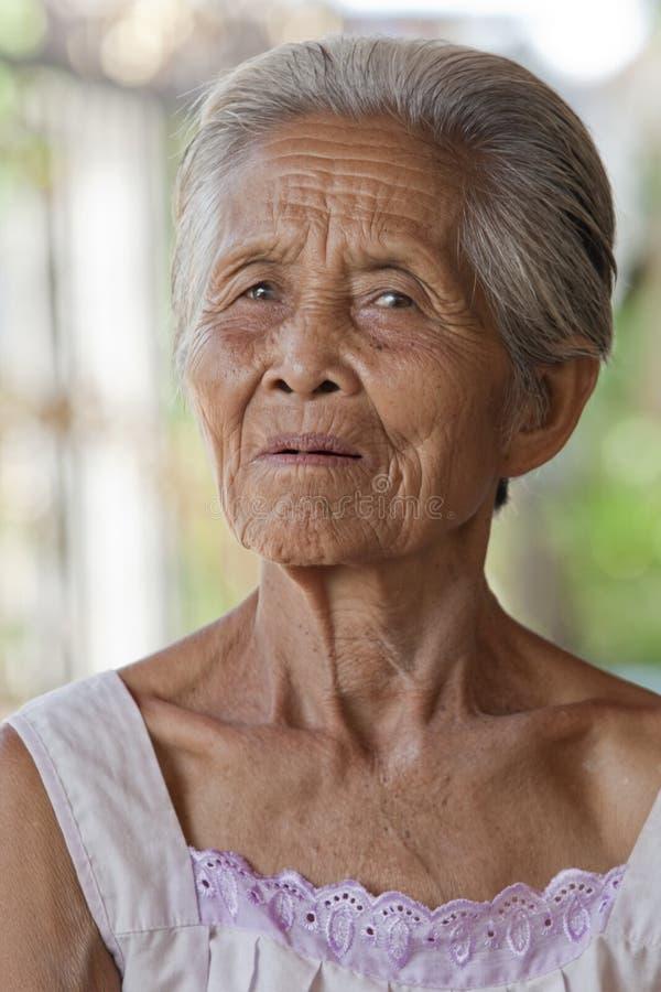 Alte graue behaarte Frau des Portraits, Asien stockfotografie