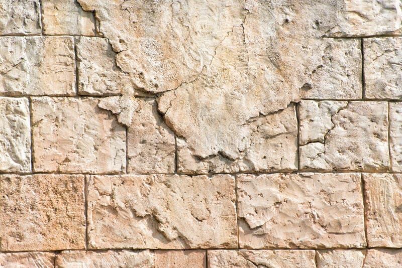 Alte graue Wand von rechteckigen Steinblöcken mit Resten des Gipses entziehen Sie Hintergrund lizenzfreie stockfotografie