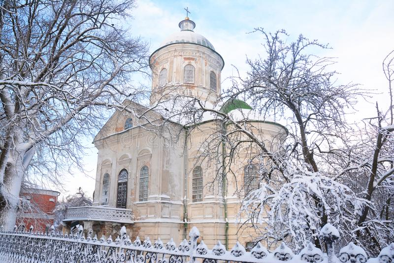 Alte griechisch-orthodoxe Kirche von Johannes der Theologe coverd Schnee im Winter in Nizhyn, Ukraine stockfotografie