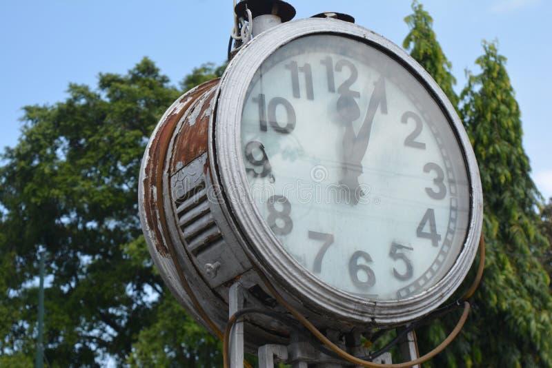 alte große Uhr mitten in der Stadt stockbild
