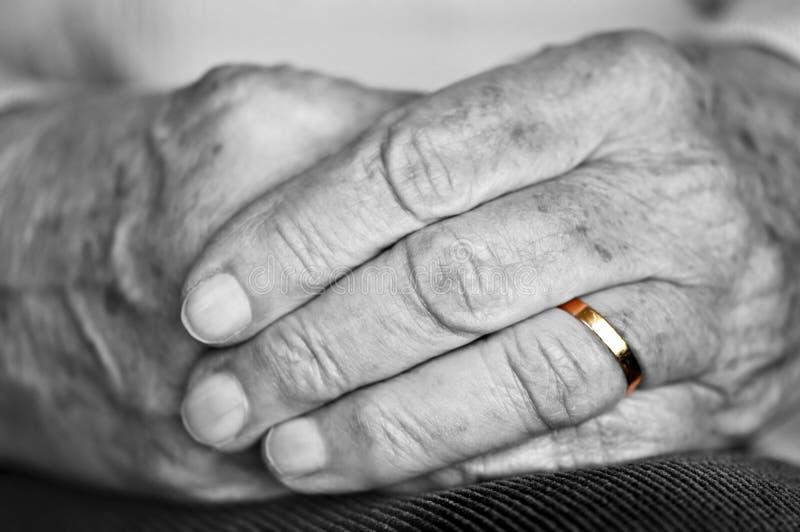 Alte Hände mit Hochzeitsband lizenzfreies stockfoto