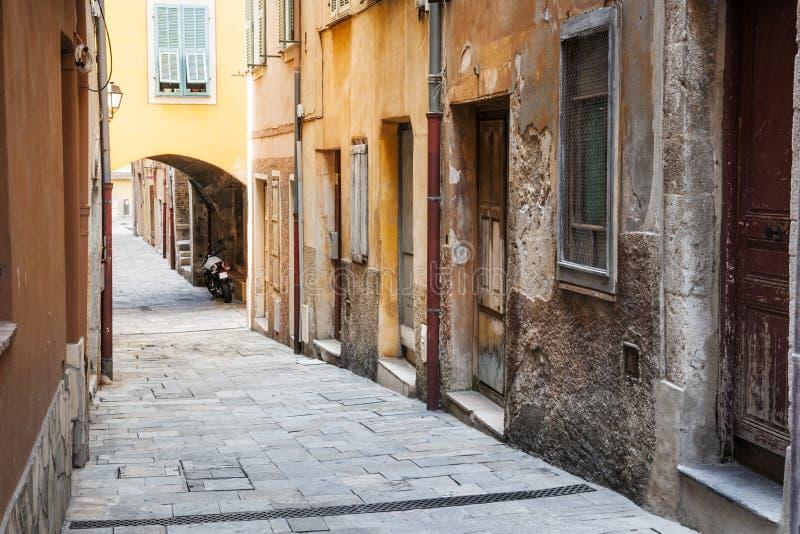 Alte Häuser auf schmaler Straße im Villefranche-sur-Mer lizenzfreies stockfoto