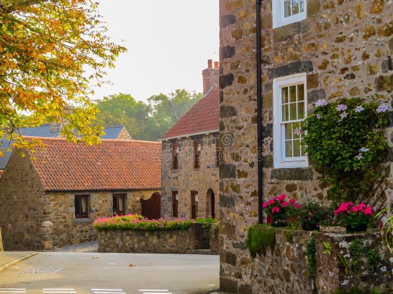 Alte Häuser in der Guernsey-Insel lizenzfreie stockfotografie