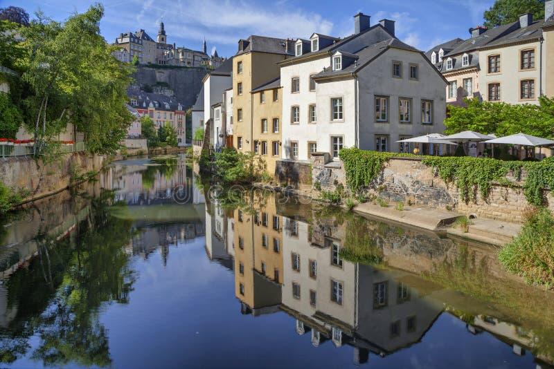 Alte Häuser, die Alzette-Fluss reflektieren lizenzfreies stockbild