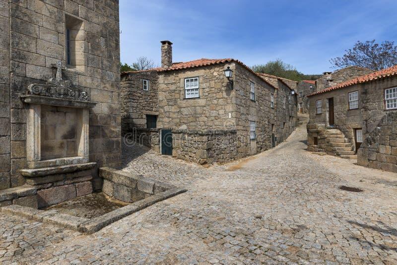 Alte Häuser innerhalb der Wand des Schlosses des historischen Dorfs von Sortelha in Portugal stockfotos