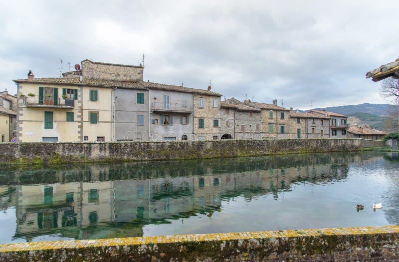 Alte Häuser nachgedacht über den Teich lizenzfreie stockfotos