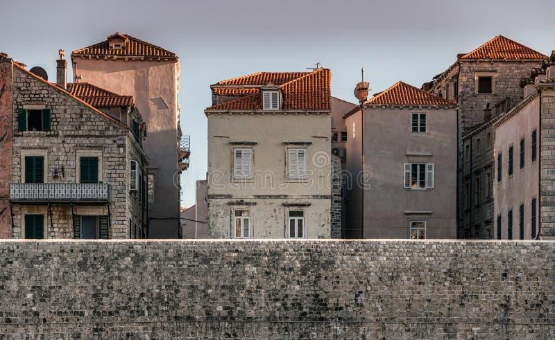 Alte Häuser und Dachspitzen von Dubrovnik, Kroatien lizenzfreies stockbild