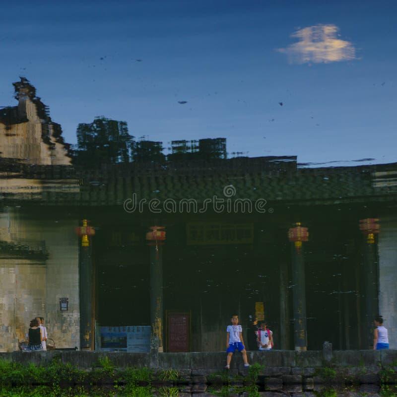 Alte Häuser und Touristen auf dem Wasser lizenzfreies stockbild
