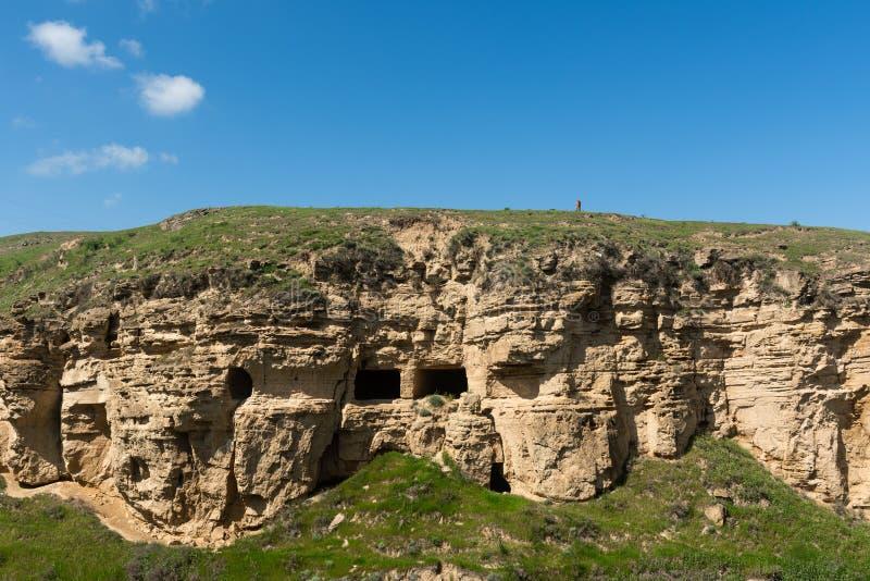 Alte Höhlen nahe dem Mausoleum von Diri-Kuchen, Plätze für Pilger14. jahrhundert, Gobustan-Stadt, Aserbaidschan lizenzfreie stockbilder
