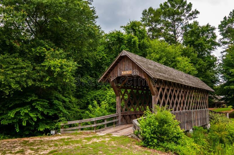 Alte hölzerne überdachte Brücke in Alabama lizenzfreie stockfotos