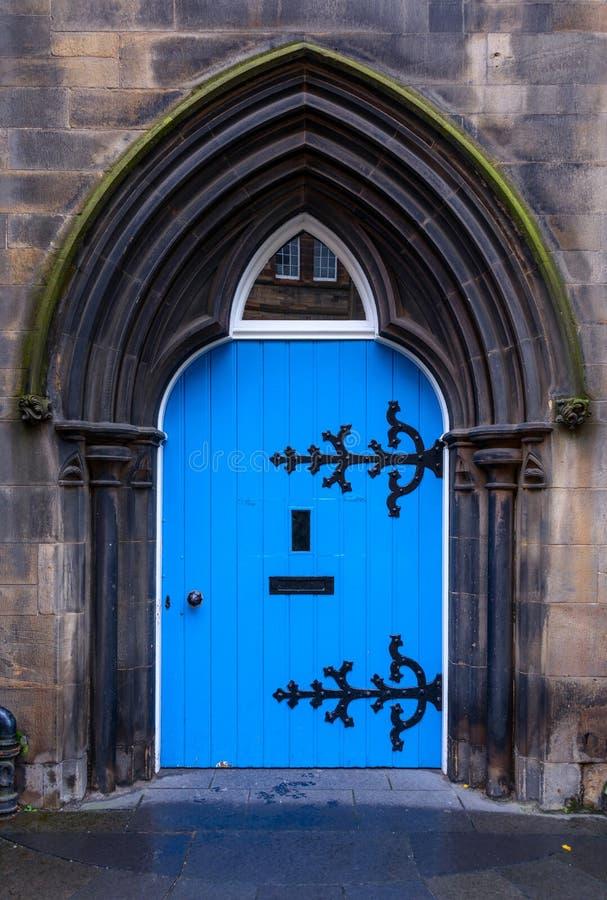 Alte hölzerne blaue Tür lizenzfreies stockbild