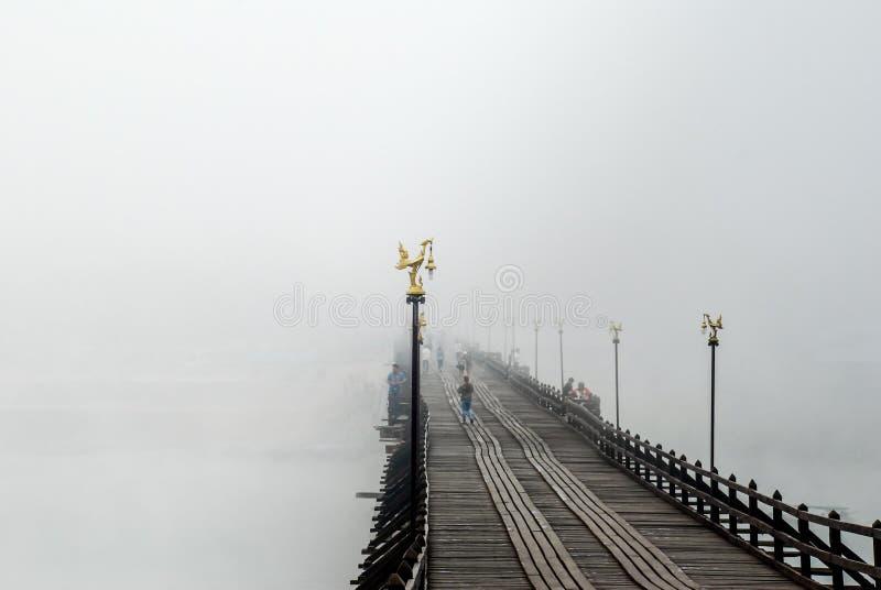Alte hölzerne Brücke thailand lizenzfreie stockfotos