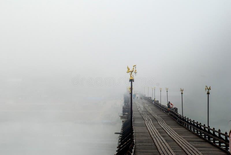 Alte hölzerne Brücke thailand stockbild