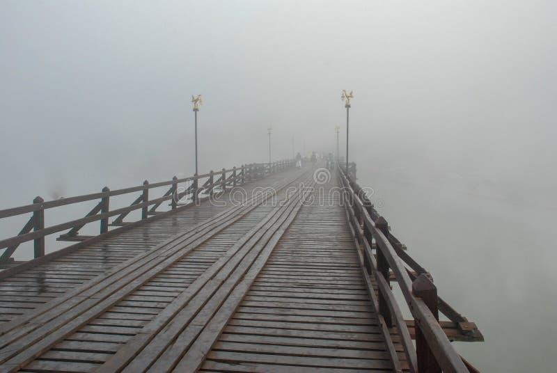 Alte hölzerne Brücke thailand lizenzfreies stockbild