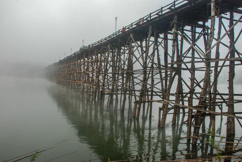 Alte hölzerne Brücke thailand stockbilder