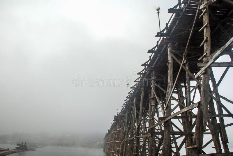 Alte hölzerne Brücke thailand lizenzfreie stockfotografie