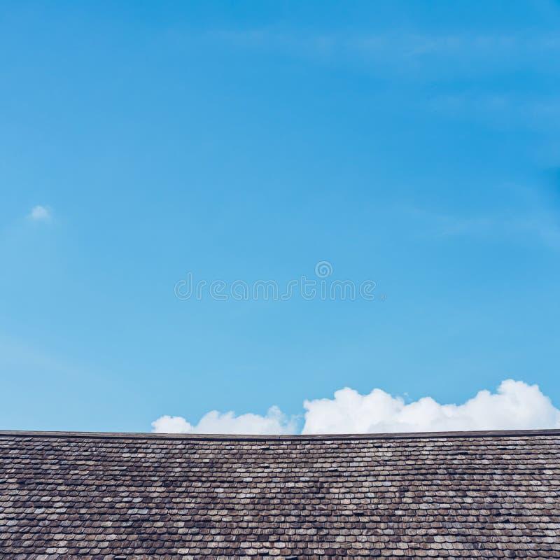Alte hölzerne Dachbeschaffenheit mit Hintergrund des blauen Himmels stockbilder