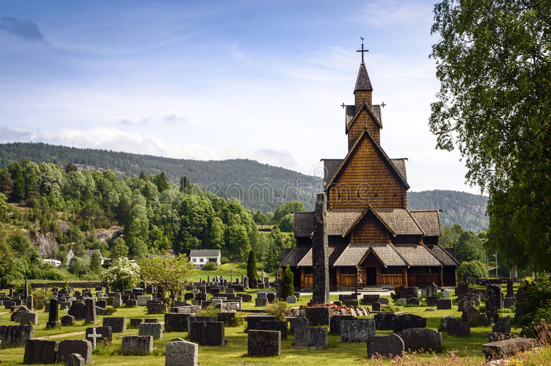 Alte, hölzerne Daubenkirche in Norwegen stockbilder
