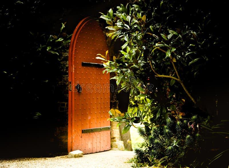 Alte hölzerne enorme offene Tür als Eingang zu den Märchen lizenzfreie stockfotografie