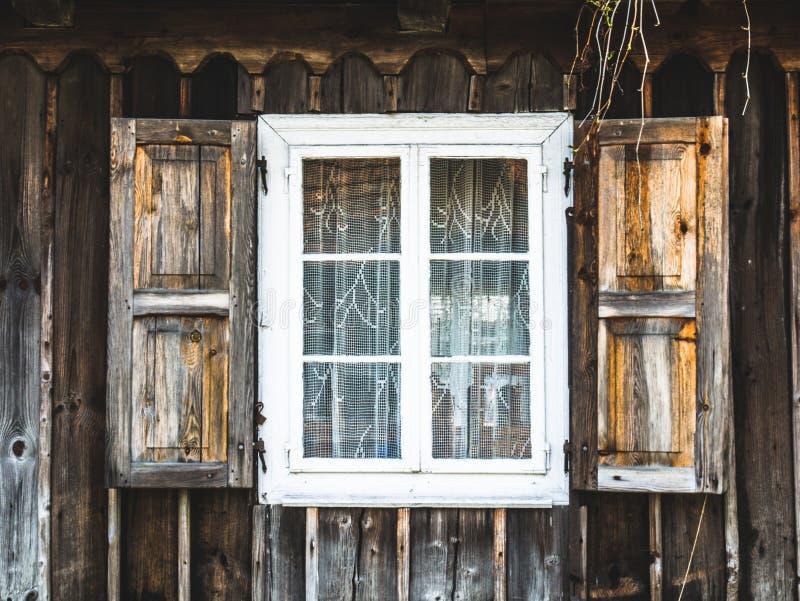 Alte hölzerne Fenster in einer ländlichen Hütte stockbild