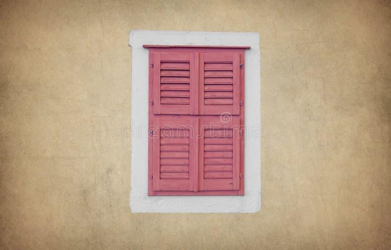 Alte hölzerne Fensterhausmauer stockfoto