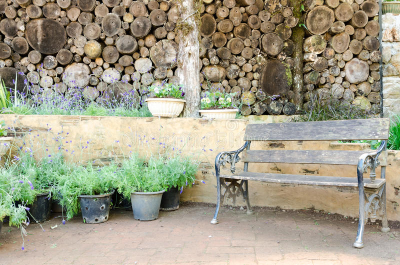 Alte hölzerne Gartenmöbel in lebendem Garten lizenzfreie stockfotos