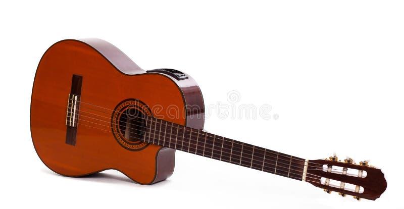 Alte hölzerne Gitarre lokalisiert über Hintergrund stockbild