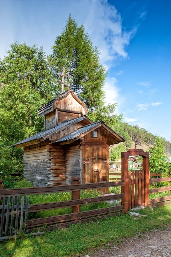 Alte hölzerne Kirche mit Zaun in Bolshiye Koti, der Baikalsee, Russland stockfotos