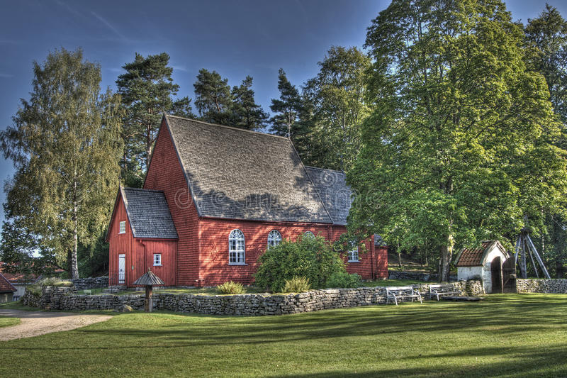 Alte hölzerne Kirche in Schweden von den 1690s in HDR lizenzfreie stockbilder