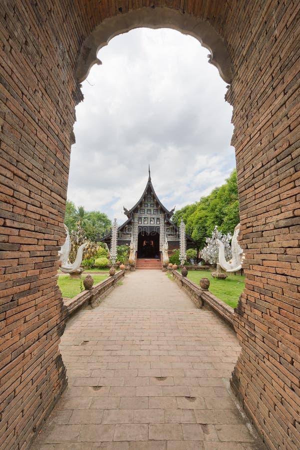Alte hölzerne Kirche von Wat Lok Molee, Chiangmai, Thailand lizenzfreies stockfoto
