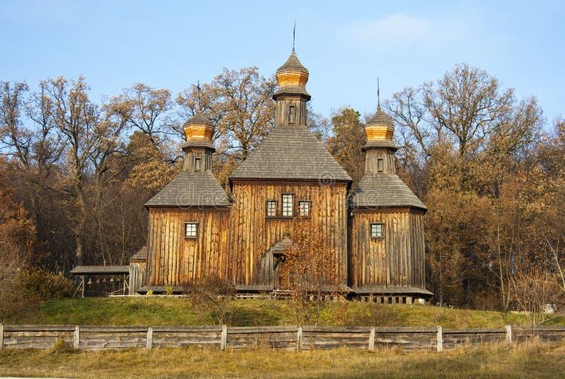 Alte hölzerne Kirchen- und Herbstlandschaft im ukrainischen Nationalmuseumfreilicht Pirogovo Kyiv, Ukraine lizenzfreies stockfoto