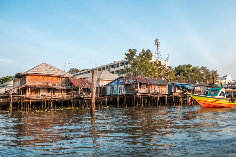 Alte hölzerne lokale Häuser entlang dem Chao Phraya-Flussufer stockfotografie