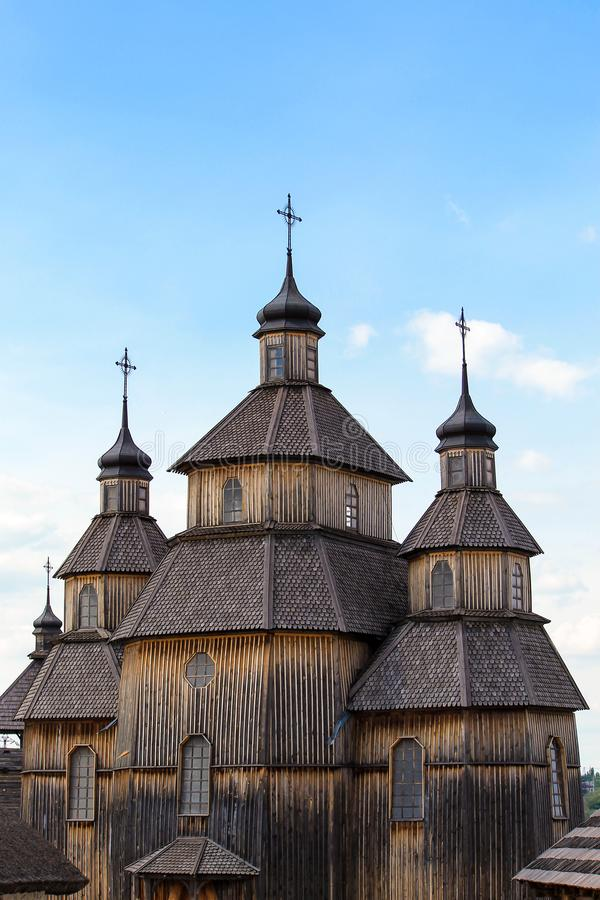 Alte hölzerne orthodoxe christliche Kirche von Zaporizhzhya-Kosaken auf der Insel von Khortytsya in der ukrainischen Stadt von Za lizenzfreies stockfoto